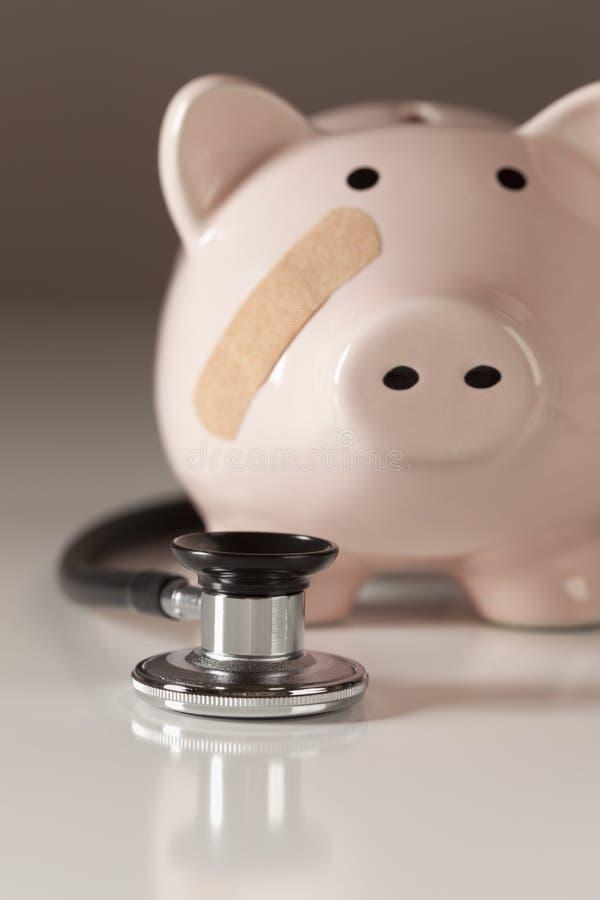 Piggy Querneigung und Stethoskop mit vorgewähltem Fokus stockfoto