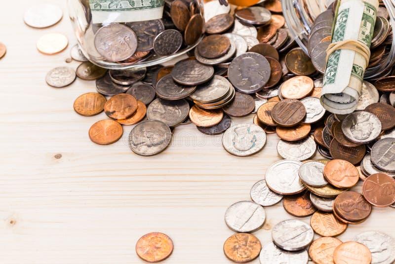 piggy sättande sparande för grupppengar arkivfoto