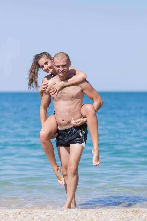 piggyback Facet niesie dziewczyny na jego z powrotem obrazy stock