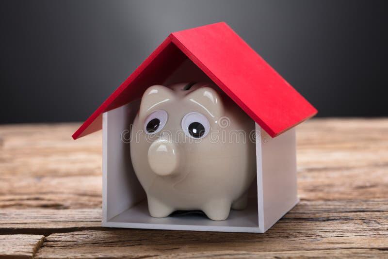 Piggybank特写镜头在木表上的样房 免版税库存图片