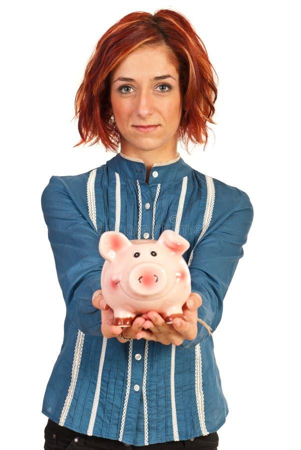Piggybank de ofrecimiento de la mujer corporativa foto de archivo libre de regalías