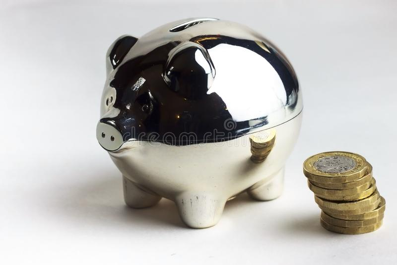 Piggybank e pilha das moedas imagens de stock royalty free