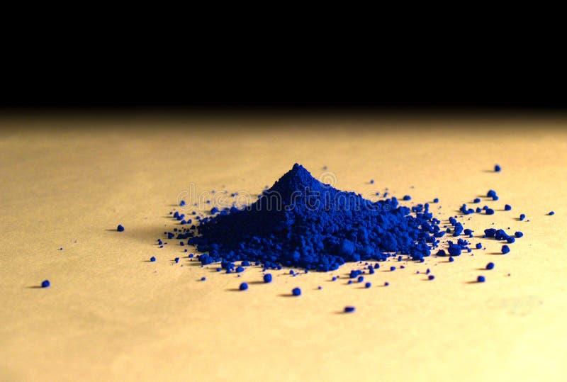 Pigmento azul do pó sobre um papel da baunilha imagem de stock royalty free