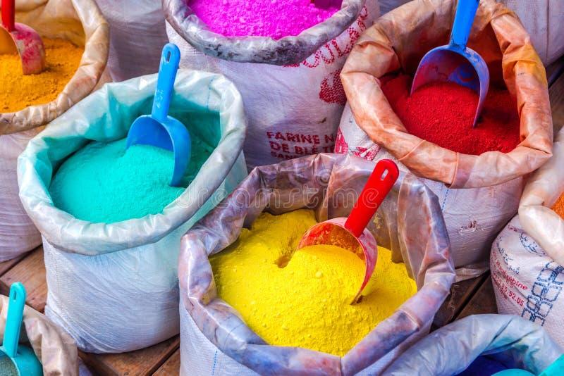 Pigmentos coloridos nos sacos foto de stock