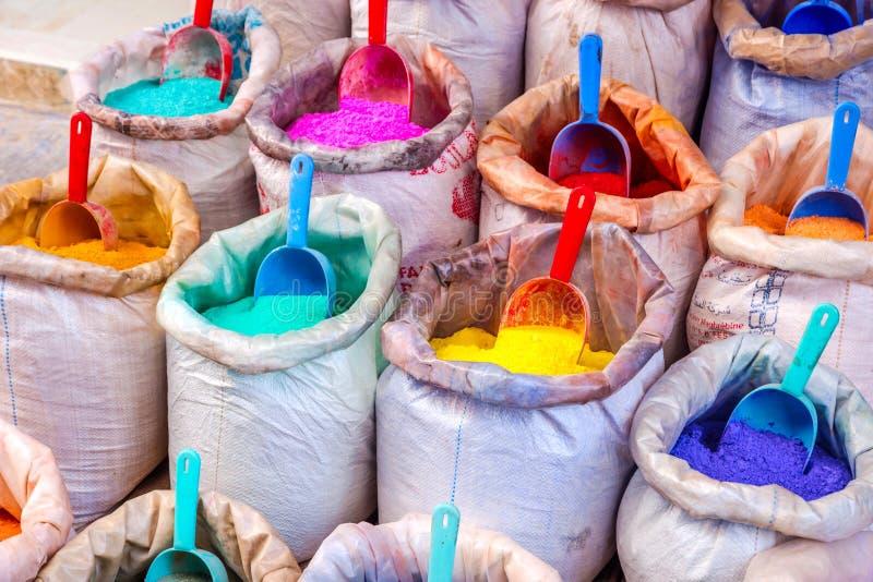 Pigmentos coloridos nos sacos imagens de stock