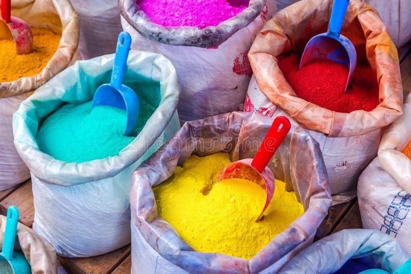 Pigmentos coloridos nos sacos fotos de stock royalty free