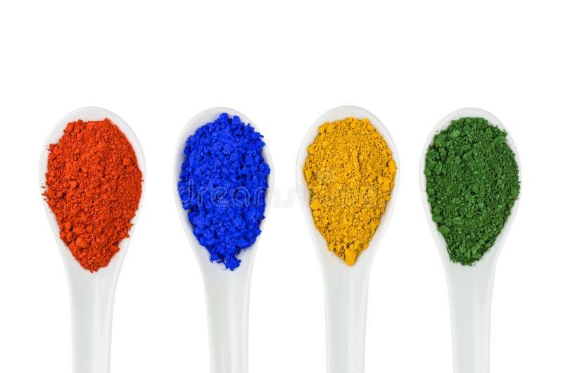 Pigmentos vibrantes da cor em colheres da porcelana fotos de stock