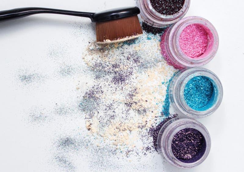 Pigmentos y cepillo hermosos del maquillaje imagenes de archivo