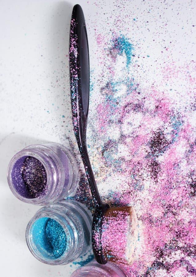 Pigmentos y cepillo hermosos del maquillaje foto de archivo