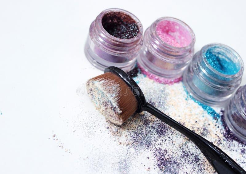 Pigmentos y cepillo hermosos del maquillaje foto de archivo libre de regalías