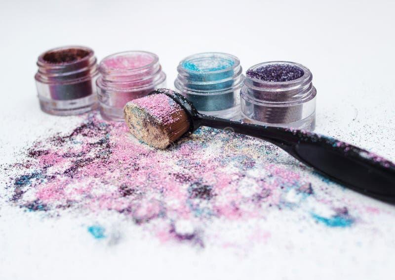 Pigmentos y cepillo hermosos del maquillaje imagen de archivo libre de regalías