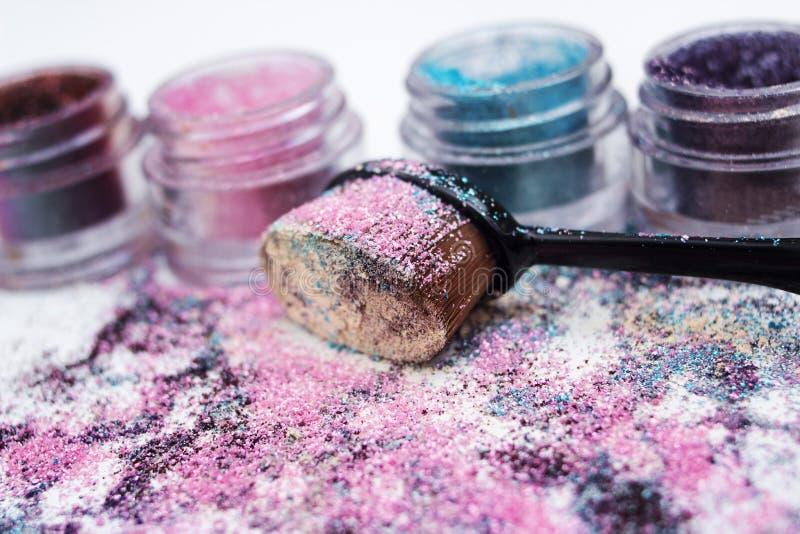 Pigmentos y cepillo hermosos del maquillaje fotografía de archivo