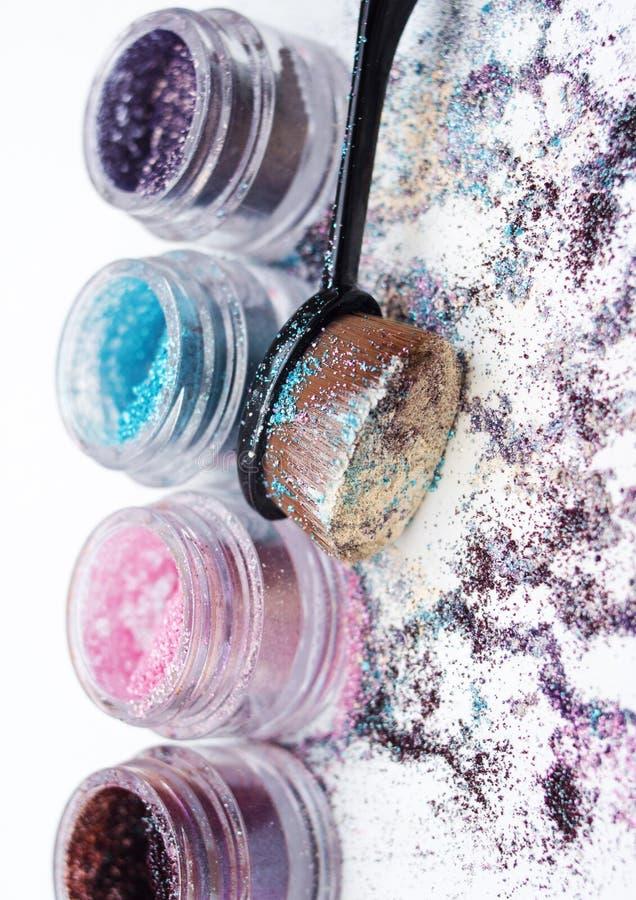 Pigmentos y cepillo hermosos del maquillaje fotografía de archivo libre de regalías