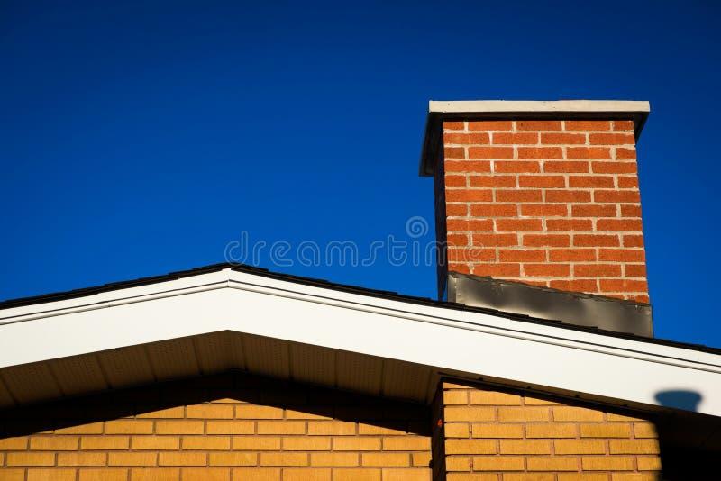 Pignon de Chambre de brique avec la cheminée de brique image libre de droits