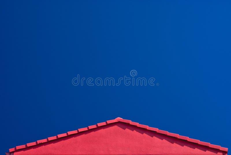 Pignon rouge de toit et ciel bleu photos libres de droits
