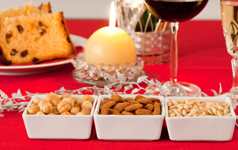 Pignons, amandes et noisettes photo libre de droits