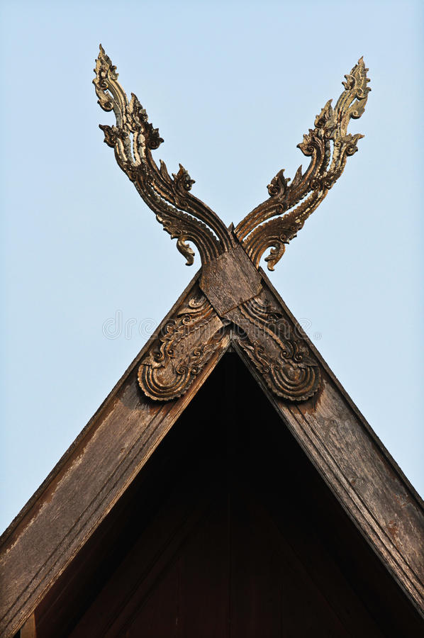 Pignons et fond en bois découpés de ciel. photo libre de droits