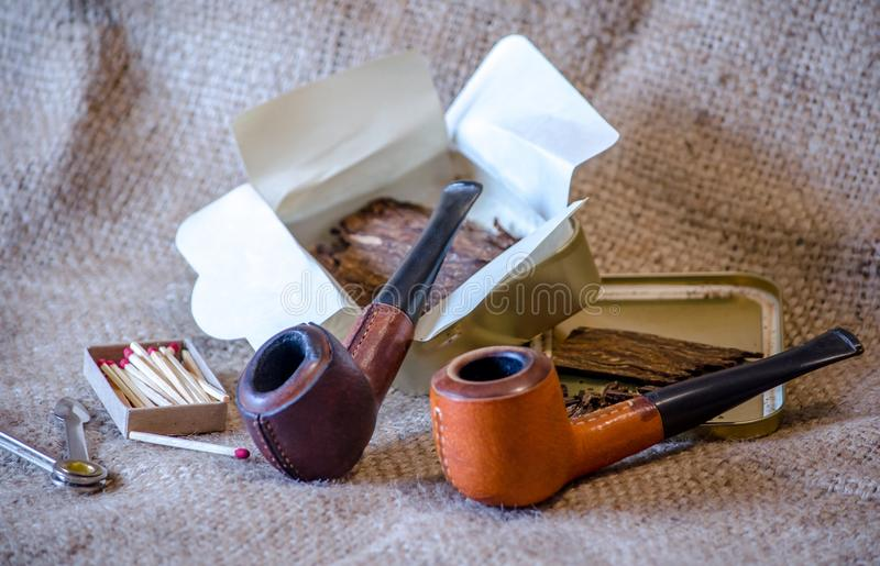 Pigskin σωλήνες με τον καπνό νιφάδων στοκ εικόνες