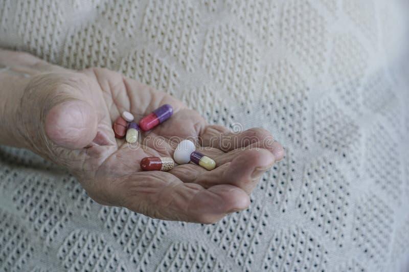 Pigułki na palmie starsza kobieta obrazy royalty free