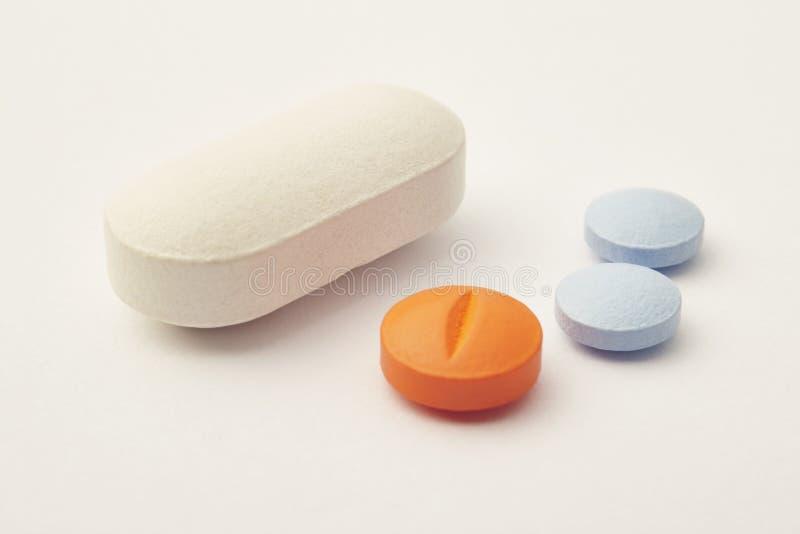 Pigułki nad beżowym tłem Medicament traktowanie ręk opieki zdrowie odosobneni opóźnienia zdjęcie stock