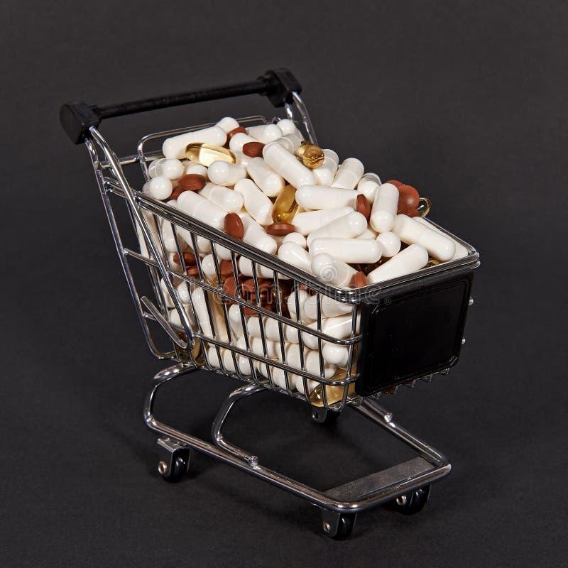 Pigułki w wózek na zakupy obraz stock