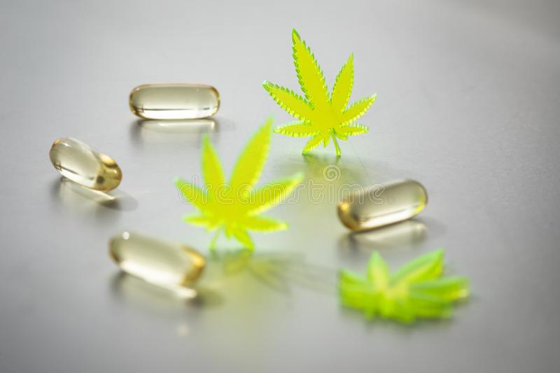 Pigu?ki, pastylki, kapsu?y marihuany marihuany konopie i CBD jako, b?lowy zab?jca i medyczna terapia obraz royalty free