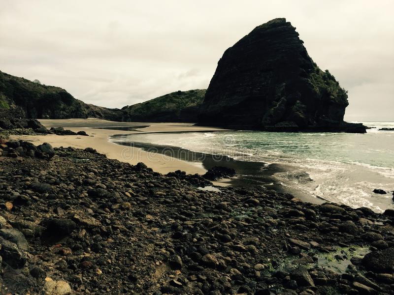 Piha czerni piaska plaża - Nowa Zelandia fotografia stock