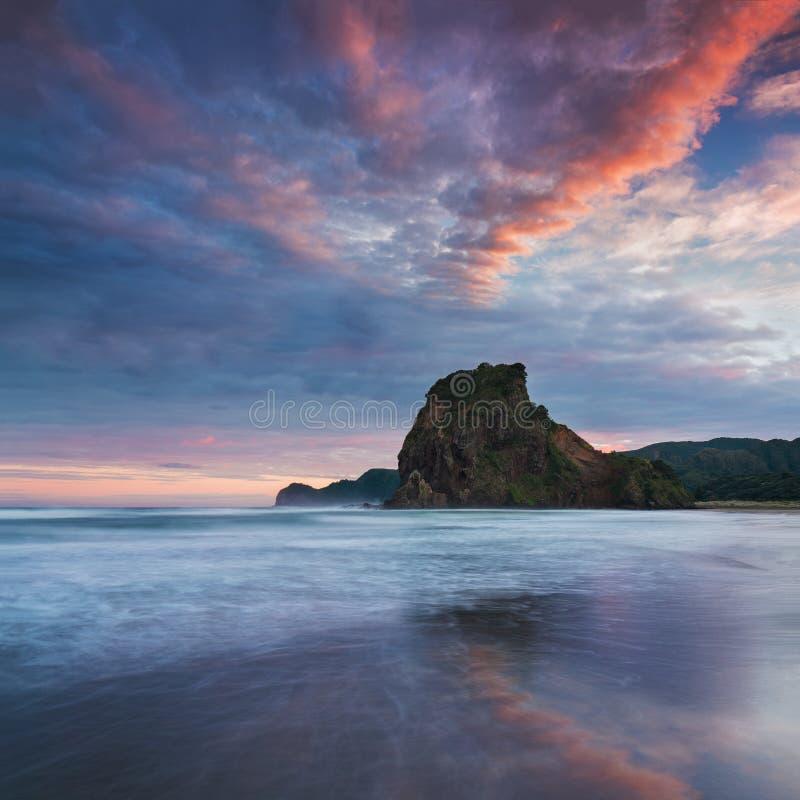 Piha plaża jest nabrzeżnym ugodą na zachodnim wybrzeżu Auckland region w Nowa Zelandia Ja jest jeden popularna plaża zdjęcia stock