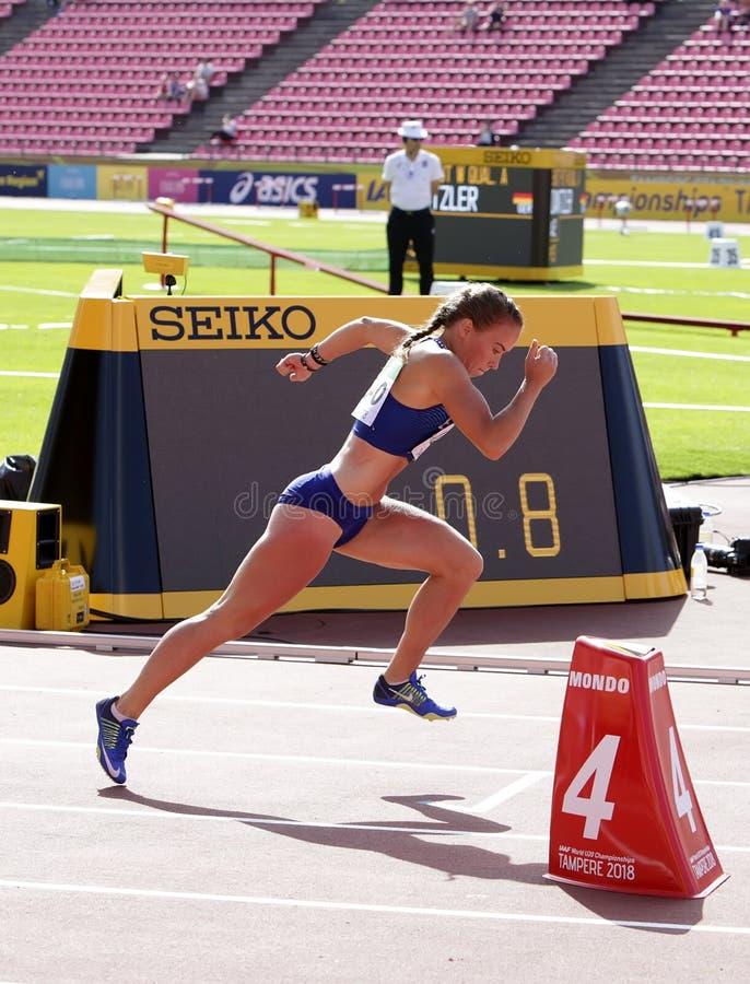 Piibe Kirke ALJAS courant des obstacles de 400m fonctionnent dans le championnat du monde U20 d'IAAF à Tampere, Finlande le 11 ju image stock