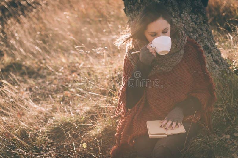 Pijący herbaty, kawa lub pisać notatkach fotografia stock
