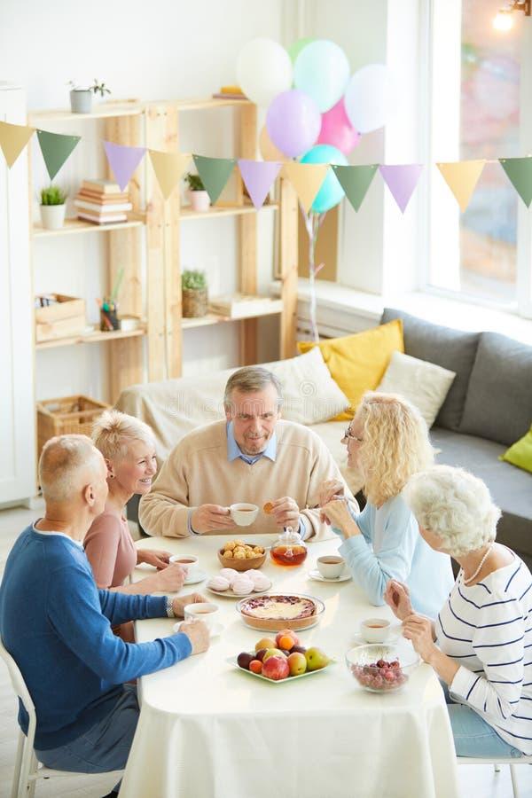 Pijący herbaty z przyjaciółmi w domu zdjęcie royalty free