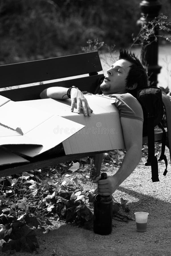 Pijący na parkowej ławce z winem, zdjęcia stock