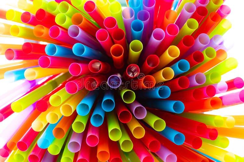 Pijący słomy kolorowy nadchodzącego wpólnie zdjęcia stock