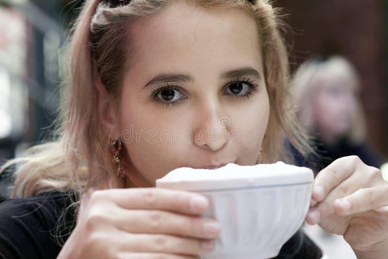 Download Pij kawy dziewczyna obraz stock. Obraz złożonej z cappuccino - 126119
