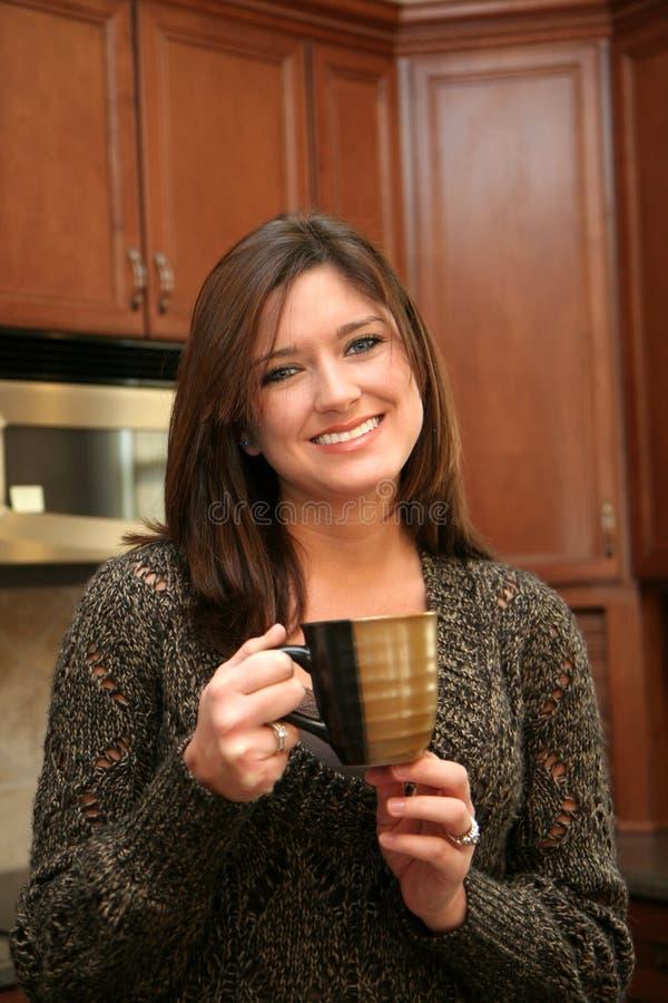 pij kawy kobieta zdjęcia royalty free