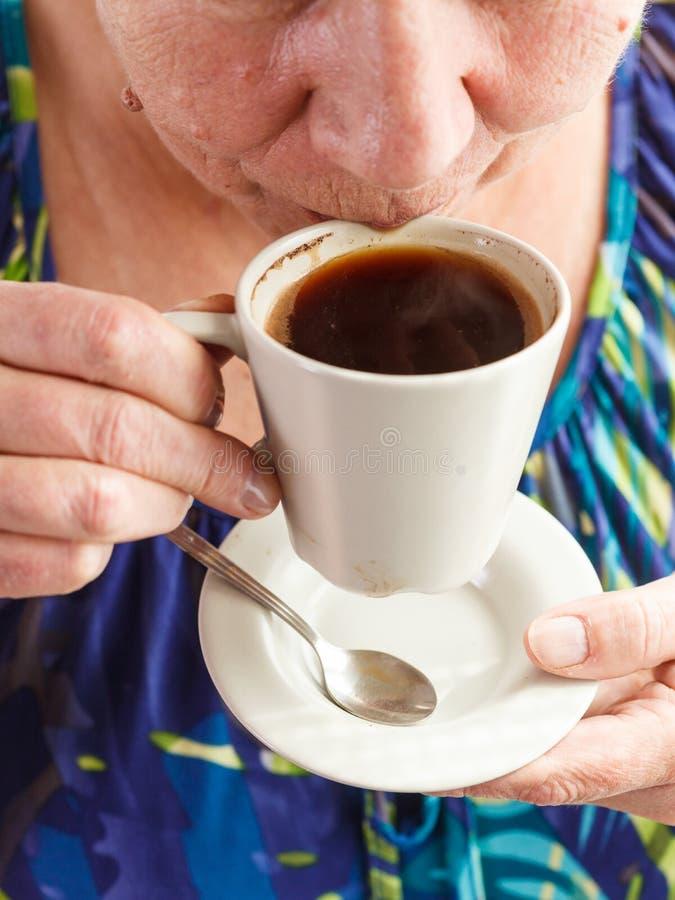 pij kawy starsza kobieta zdjęcia royalty free