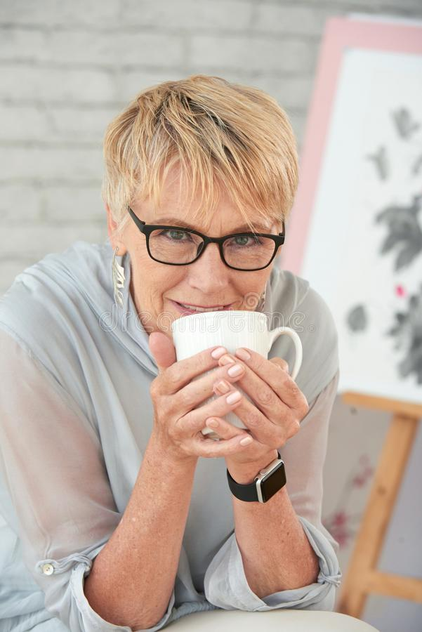 pij kawy starsza kobieta zdjęcia stock