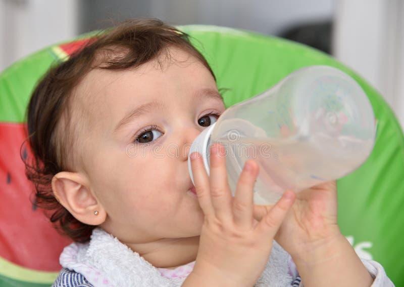 pij wodę dziewczyny baby zdjęcie stock