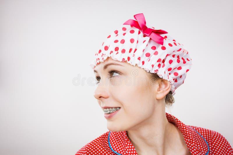 Pijamas de la mujer divertida y casquillo de baño que llevan imagen de archivo