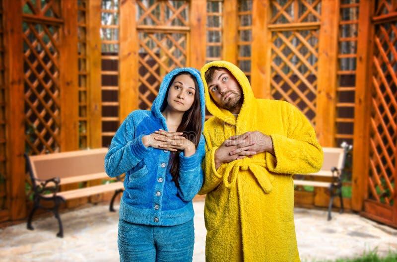 Pijamas de port de couples songeurs images libres de droits