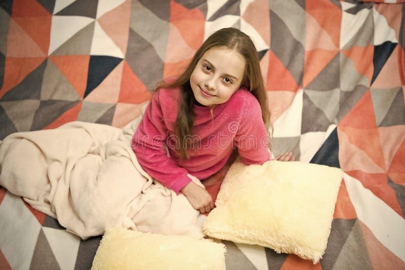 Pijamas e mat?ria t?xtil do quarto Pijamas e roupa para a casa A crian?a da menina veste pijamas bonitos macios ao relaxar na cam fotografia de stock royalty free