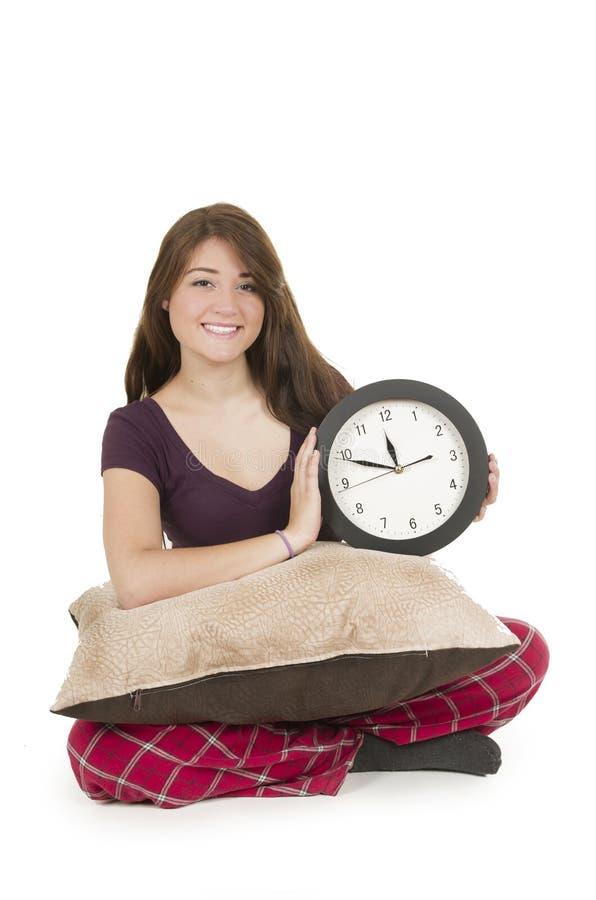 Pijamas vestindo da moça bonito que guardam o círculo grande imagem de stock