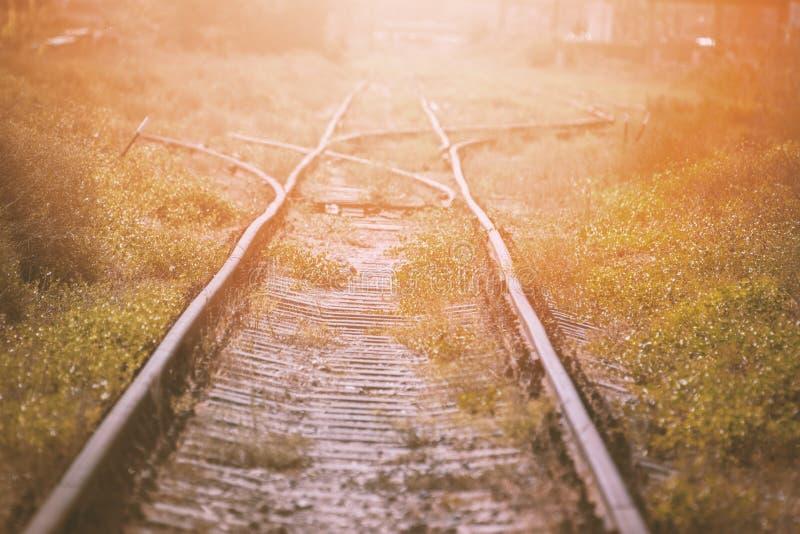 Pijl die de spoorweg inschakelen Oude Spoorwegpijlen stock foto