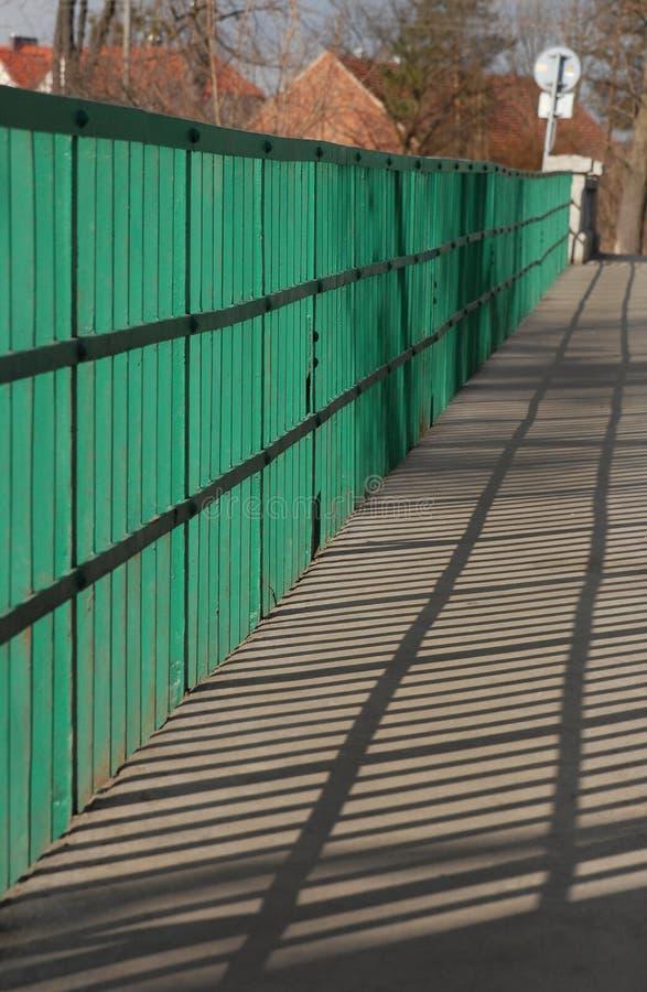 Pijl die door zon en schaduw wordt gemaakt stock fotografie