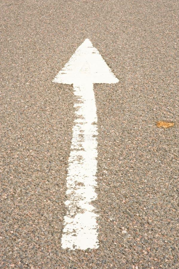 Pijl op de weg. stock afbeelding
