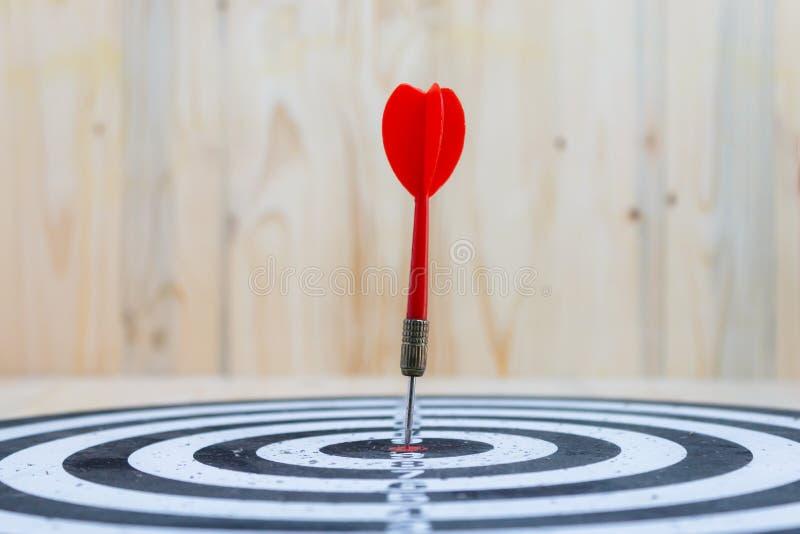 Pijl van het winnaar raakte de Rode pijltje het centrumdoel van dartboard en geel de metafoor van de pijlverliezer marketing de c stock afbeelding