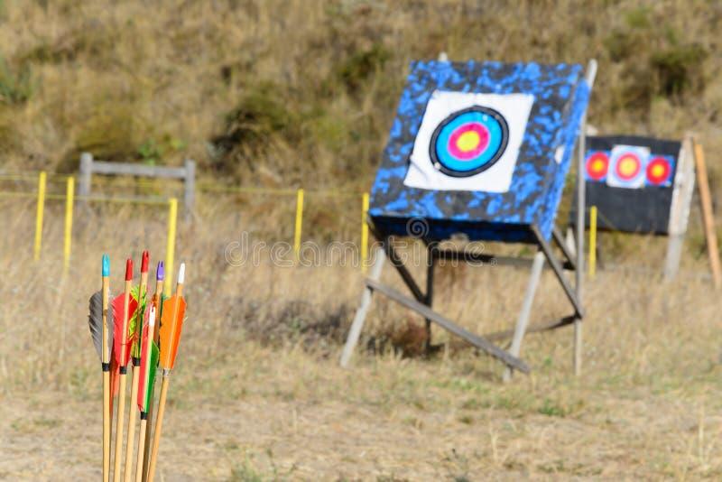 Pijlen en doelboogschieten stock foto