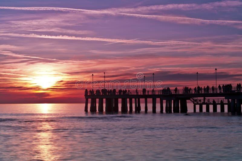 Pijler bij zonsondergang Versilia Italië royalty-vrije stock afbeeldingen