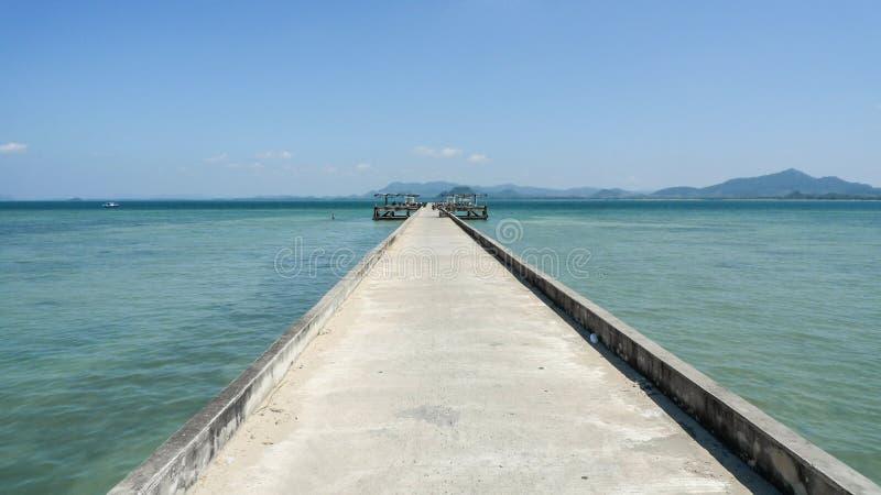 Pijler in de Indische Oceaan op het Koh muk Eiland stock afbeelding