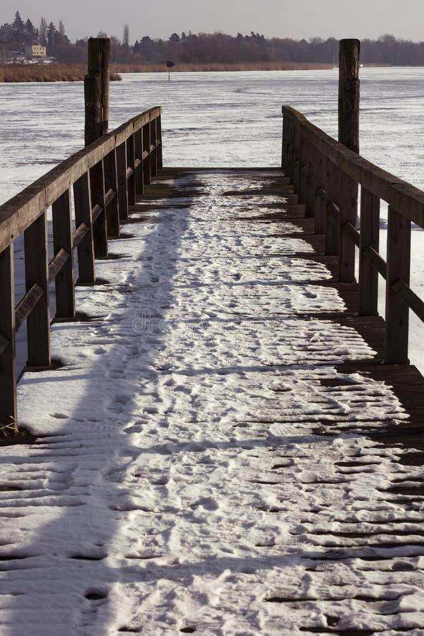 Pijler in de Winter op bevroren Havel-rivier stock fotografie